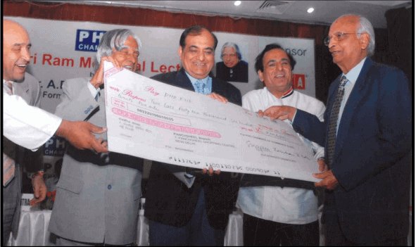 Chef Kumar alongwith delegates om PHD Chamber Presenting a cheque to former President of India HE Abdul Kalam for charity contribution by Indian Culinary Forum.